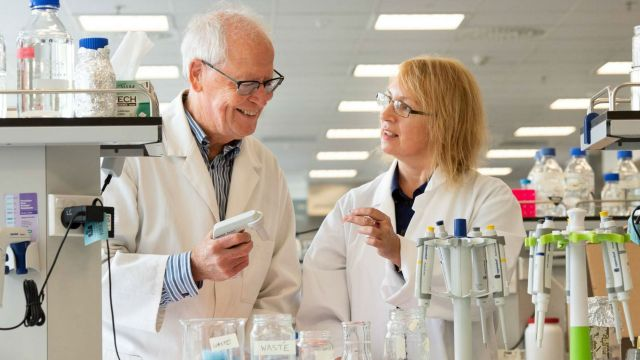 Dr Olga Zubkova and Emeritus Professor John Miller in the lab