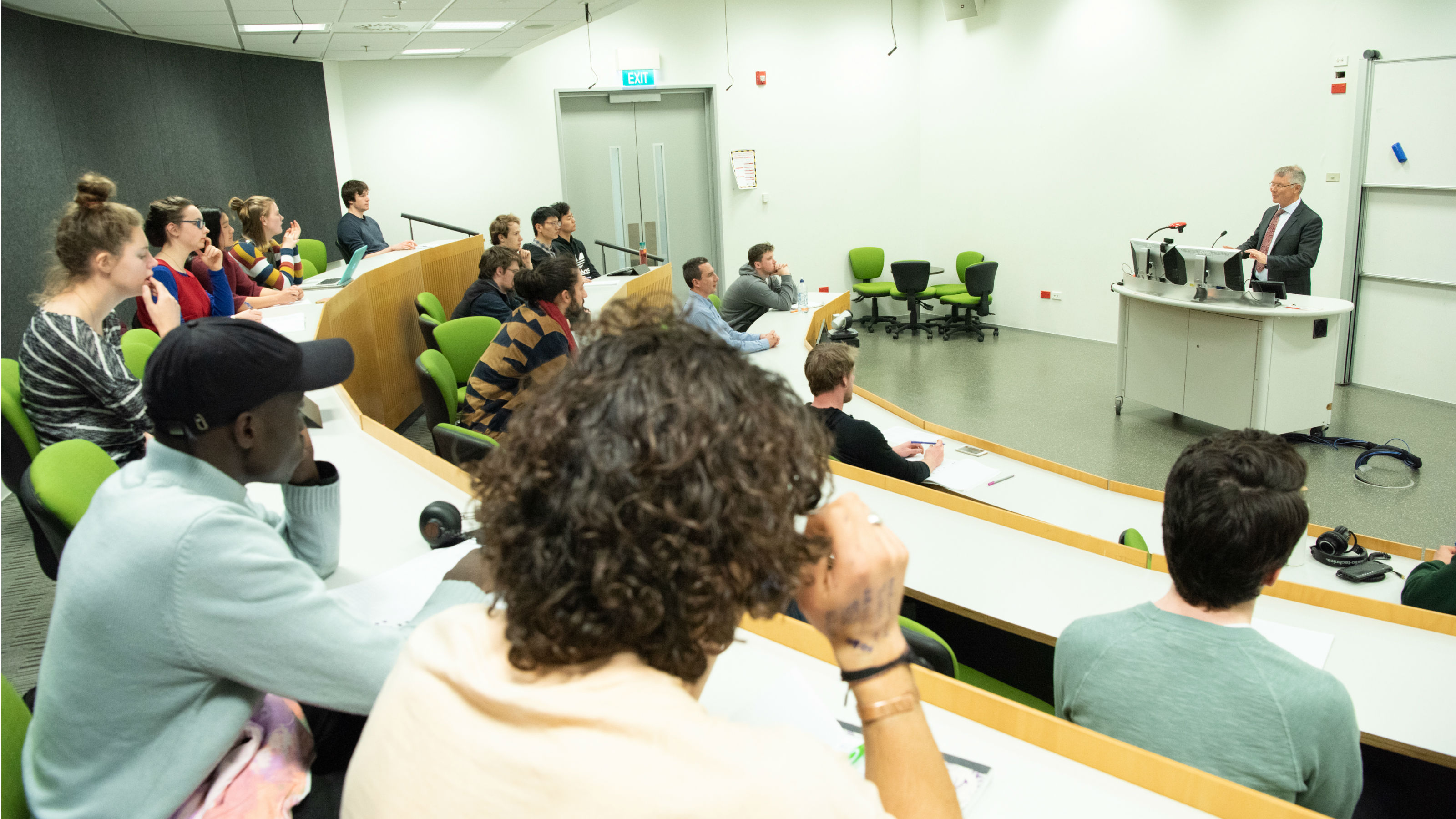Hon David Parker talks to students and lecturers in a lecture theatre.